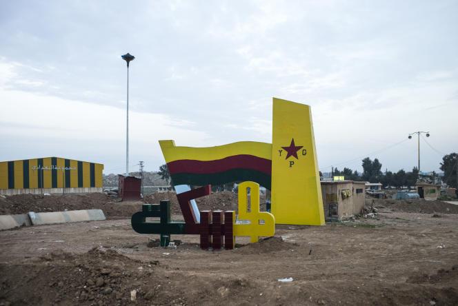 Le rond-point d'Hassaké, peint aux couleurs des Unités de protection du peuple, les forces kurdes syriennes.