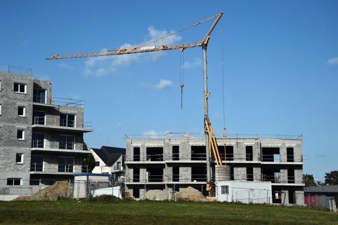 Si vous donnez un logement neuf, il faut que le permis de construire ait été obtenu avant le 31 décembre 2016 et la donation doit impérativement être signée dans les trois ans de la date du permis de construire (photo: chantier immobilier de Thorigne-Fouillard, en Ille-et-Vilaine, en octobre 2014).