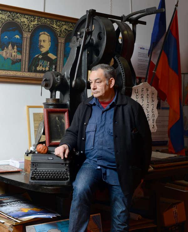 Christian Artin, dit Varou, dans les locaux de l'ARAM, l'Association pour la recherche et l'archivage de la mémoire arménienne, fondée par son père en 1997, et dont il est le directeur aujourd'hui.