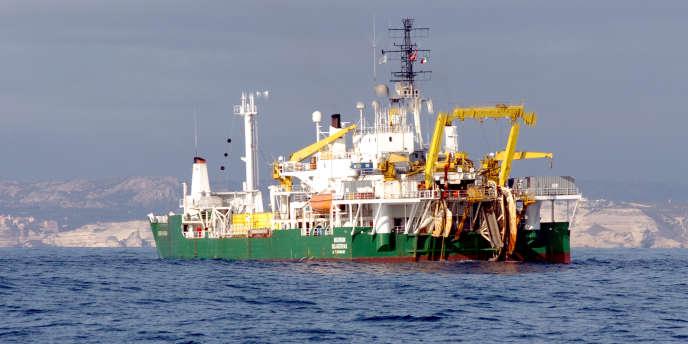 Un câblier norvégien déroule un câble sous-marin à haute tension entre la Sardaigne et la Corse, en décembre 2005.