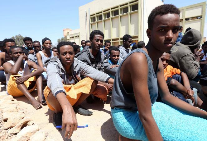 Des migrants originaires d'Afrique subsaharienne dans le port de Misrata (Libye), le 15 avril 2015.