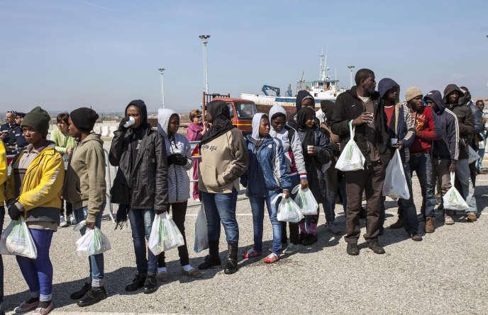 Arrivée de migrants dans le port italien de Corigliano, en avril 2015, après avoir été secourus en mer.