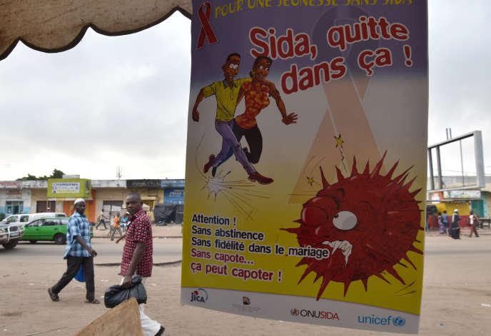 Une affiche pour lutter contre le VIH à Abidjan, en Côte d'Ivoire, en décembre 2014.