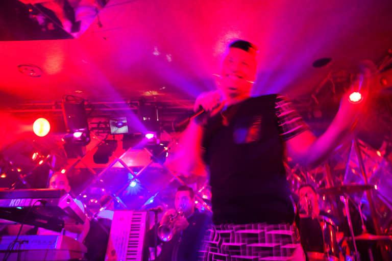 Le chanteur de raï Houari Manar lors d'un concert au Triangle, un cabaret d'Alger