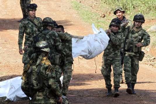 Dix militaires ont été tués lors d'une attaque attribuée aux FARC contre une garnison, en mars, dans la province du Cauca, dans le sud-ouest de la Colombie.