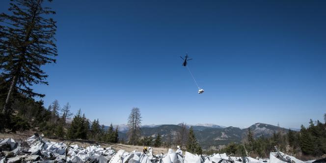 Sur le lieu du crash de l'A320 de Germanwings, le 13 avril, à Seyne-les-Alpes.