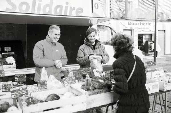 Produits frais et conserves  de petits paysans, Pierre Priolet, ancien agriculteur, sillonne Pantin et ses environs au volant de son camion-épicerie C'juste Paris.
