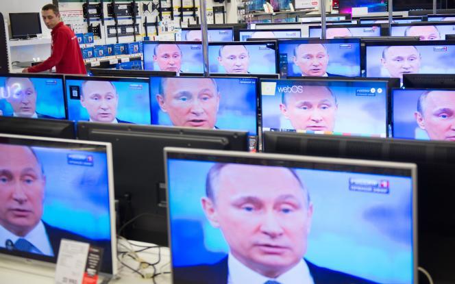 «Invalider cette thèse de l'humiliation de la Russie par l'Occident n'aboutit pas cependant à accréditer les thèses néoconservatrices en circulation dans l'espace transatlantique, mais cela permet de briser ce carcan irrationnel». (Photo : Le visage de Vladimir Poutine dans un magasin de télévisions, à Moscou, le16avril2015).