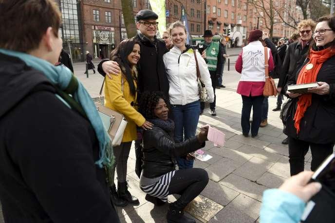 Juha Sipilä, le leader du Parti du centre, fait campagne dans les rues d'Helsinki, mardi 14avril.