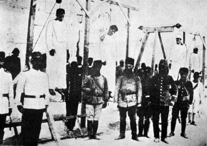 Des Arméniens sont pendus en public, pendant le génocide arménien, à Alep en 1915.