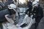 «La ville autrefois connue pour ses pierres de taille, son savon, sa gastronomie, sa pâtisserie, est à genoux » (Photo: des secouristes placent un corps dans une housse mortuaire, à Alep, le 13 avril 2015, après un bombardement des forces d'Assad).