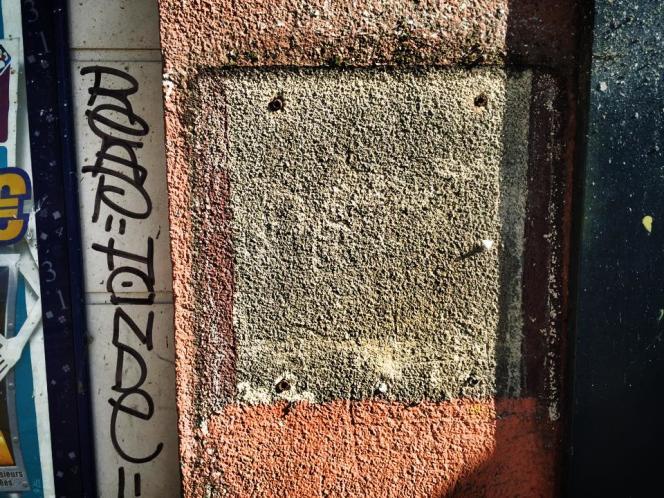 Une boîte aux lettres de La Poste volée avec son courrier et une peinture du street artiste C215.