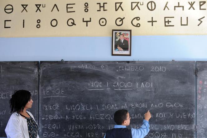 Un élève devant un tableau dans une école de Rabat, Maroc, septembre 2010 .