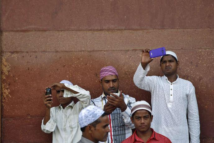 De jeunes Indiens prennent des photos près de la mosquée de Jama Masjid à Delhi, en 2014.