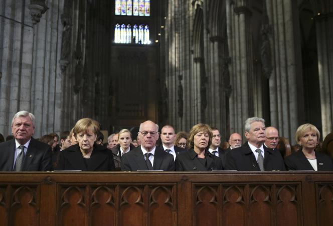 Le président allemand, Joachim Gauck, et la chancelière, Angela Merkel, ont rendu hommage, vendredi 17 avril dans la cathédrale de Cologne, aux victimes de l'Airbus de Germanwings devant 1 400 personnes.