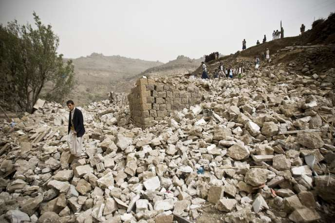 Des villageois cherchent des corps dans les ruines laissées par un bombardement de la coalition saoudienne, le 4avril près de Sanaa.
