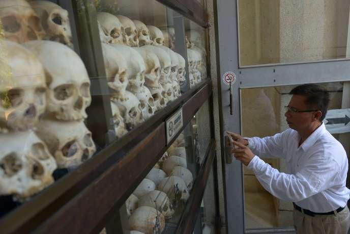 Un visiteur au mémorial du génocide cambodgien dans la banlieue de Phnom Penh, Choeung Ek, le 17 avril 2015.