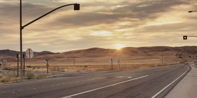 Route 466, Cholame (Californie), deux voies se croisent et rien d'autre alentour. La route est parfaitement plate. Ce 30 septembre 1955, lorsque James Dean, au volant de sa Porsche 550 Spyder, remarque une voiture à l'horizon, il rassure son passager :  « Il nous a vus, il va s'arrêter. » Mais le conducteur, justement, n'a rien vu. Il tourne à gauche. Dean ne peut éviter la collision. A 24 ans, l'acteur meurt sur le coup. Les autres s'en tirent avec  de légères blessures.