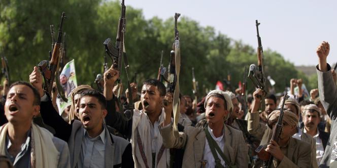 Des rebelles houthistes manifestent contre la résolution du Conseil de sécurité de l'ONU interdisant toute livraison d'armes à leur mouvement, à Sanaa le 16avril.