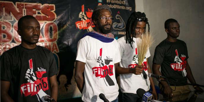Photo prise le 15 mars 2015 lors d'une conférence de presse à Kinshasa.  De la gauche vers la droite, des activistes congolais et burkinabè : Fred Bauma (Filimbi, Lucha), Fadel Barro (Y'en a Marre),  Oscibi Johann  (Le Balai Citoyen) et Yves Makwambala (Filimbi)