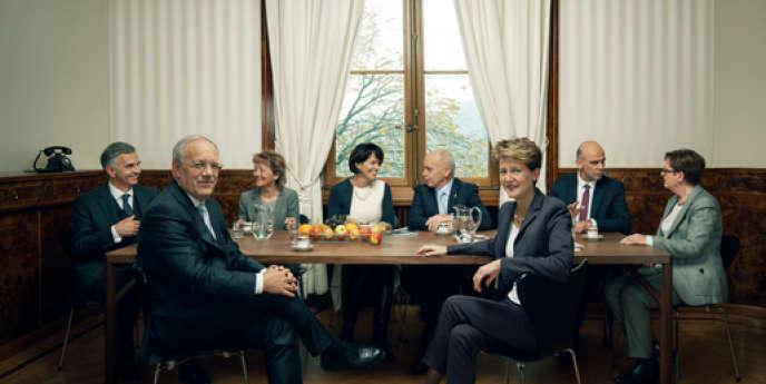 Les sept membres du Conseil fédéral, l'exécutif suisse, accompagné de la chancelière de la Confédération. Au premier plan, la présidente pour 2015, Simonetta Sommaruga et son vice-président Johann N. Schneider-Ammann.