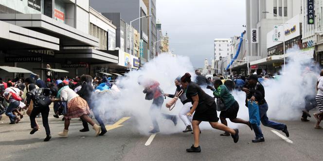 Des manifestants se dispersent après l'explosion de grenades lacrymogènes à Durban, le 16 avril 2015.