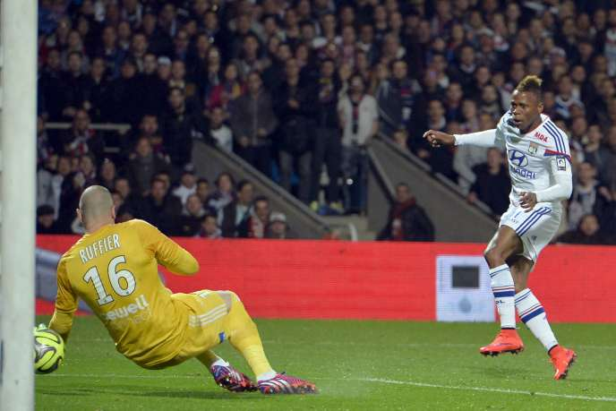 But du Lyonnais Clinton Mua Njie pour Lyon face à Saint-Etienne, lors du dernier match de la 33e journée de Ligue 1, dimanche 19 avril à Gerland.