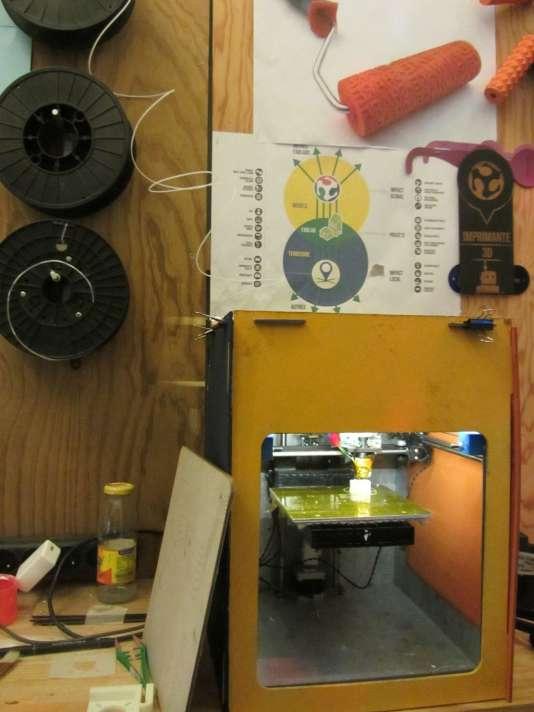 """Le nombre des fab lab, ces espaces ouverts consacrés à la fabrication numérique, a explosé à travers le monde (Photo: une imprimante 3D alimentée par une bobine de plastique, au """"Petit fablab de Paris"""")."""