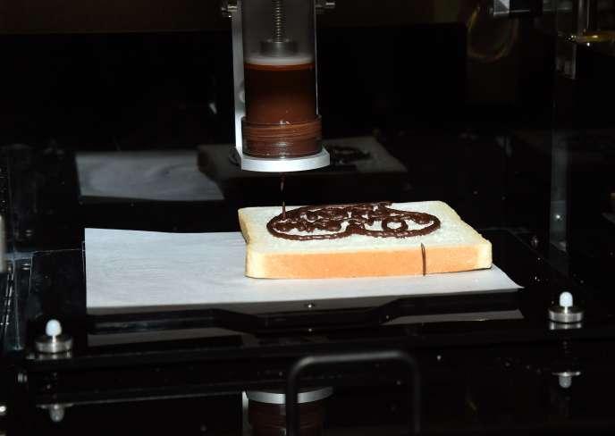 Aux Etats-Unis, XYZprinting a fait une démonstration de son imprimante 3D… culinaire. Pour l'instant, la machine permet seulement de fabriquer des cookies (sans les cuire) et de réaliser des décorations en chocolat.