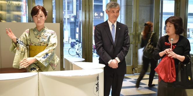 Après une première présentation l'an passé lors d'un salon technologique au Japon, cette énième humanoïde nippone avait fait une apparition en janvier aux Etats-Unis, mais c'est la première fois qu'elle se montre aux clients d'un magasin.