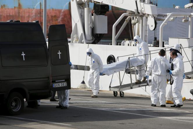 Les premiers corps des migrants arrivent à Senglea (Malte), lundi 20 avril.