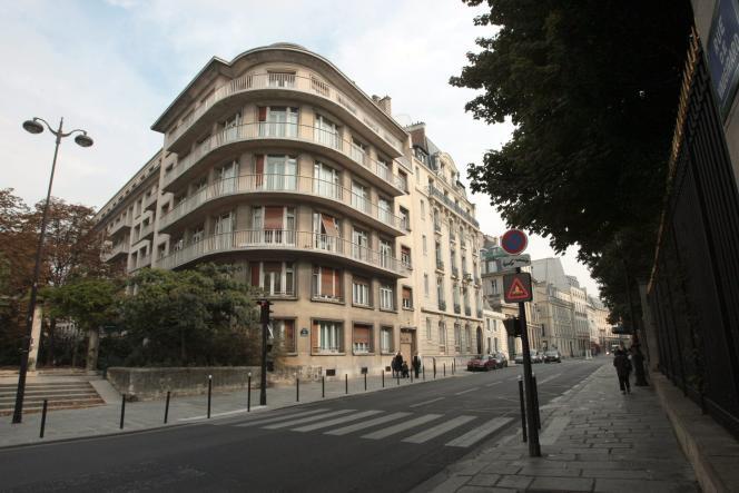 « la SCI peut permettre de transmettre un gros patrimoine immobilier sans payer beaucoup de droits de succession » (photo: immeuble situé à l'angle de la rue de Vaugirard et de la rue Bonaparte dans le 6e arrondissement de Paris).