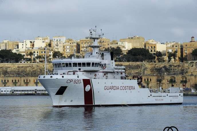 Un bateau des gardes-côtes italiens, dans le port de La Vallette, le 20 avril.