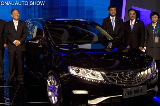 En Chine, les SUV pesaient 27 % du marché au premier trimestre 2015. Ici, le président du constructeur chinois Geely, Li Shufu (à g.), propriétaire de Volvo à l'Auto Show de Shanghai, en avril 2015.