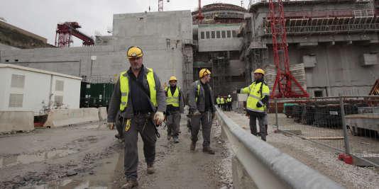 """""""Tout manquement peut donner lieu à des sanctions. Concrètement, cela signifie qu'un salarié travaillant sur un chantier doit porter des chaussures de sécurité et non des tongs"""" (Photo: sur le chantier de l'EPR de Flamanville, le 6 novembre 2014)."""