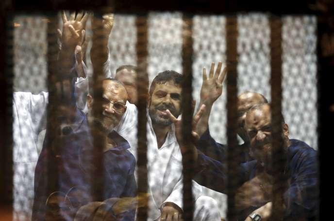 De hauts dirigeants des Frères musulmans, comme Mohammed Al-Beltagui, Issam Al-Aryane et Safwat Hijazi figurent parmi les personnes condamnées à mort samedi. Le tribunal a aussi confirmé la condamnation à perpétuité du guide suprême des Frères musulmans, Mohamed Badei.