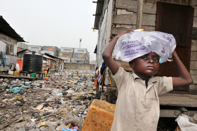 Un enfant d' Orisunbare Ijora Badia, un bidonville de Lagos qui pourrait être prochainement démoli.