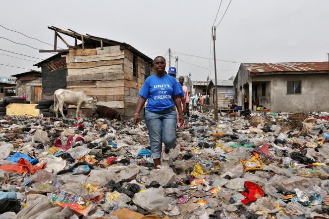 Bimbo Omowole Osobe, expulsée du bidonville de Badia en 2014 aide maintenant d'autres communautés pauvres de Lagos à défendre leurs droits au logement.