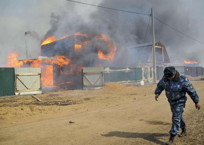 Un policier russe à proximité de Smolenka, un village touché par les incendies en Sibérie, le 13 avril 2015.