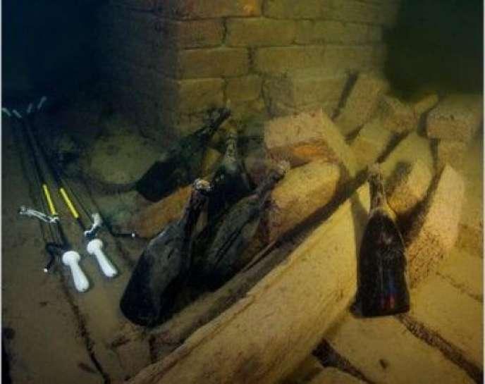 Ces bouteilles de champagne français gisaient à 50 m de fond en mer Baltique depuis cent soixante-dix ans.