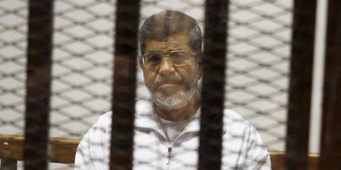 Mohamed Morsi en 2014, lors d'un de ses procès.