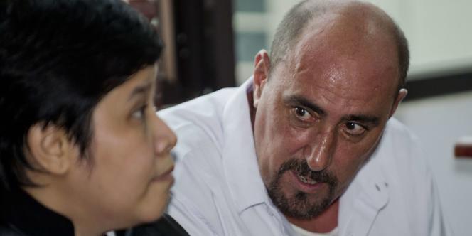 Le Français Serge Atlaoui, condamné à mort en Indonésie pour trafic de drogue, en compagnie de son avocate, le 1er avril 2015, dans un tribunal près de Djakarta.