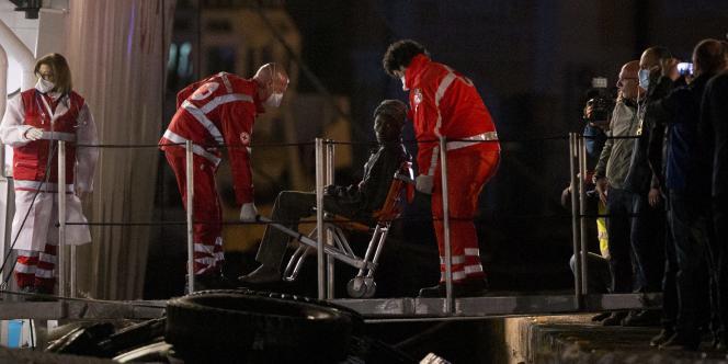 Un survivant du naufrage d'un chalutier en Méditerranée arrive au port de Catane, en Italie, le 20 avril.