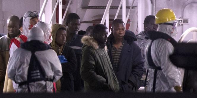 Des survivants du naufrage d'un chalutier en Méditerranée arrivent au port de Catane, en Italie, le 20 avril.