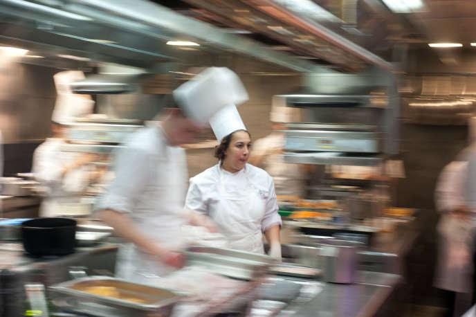 Dans les cuisines.