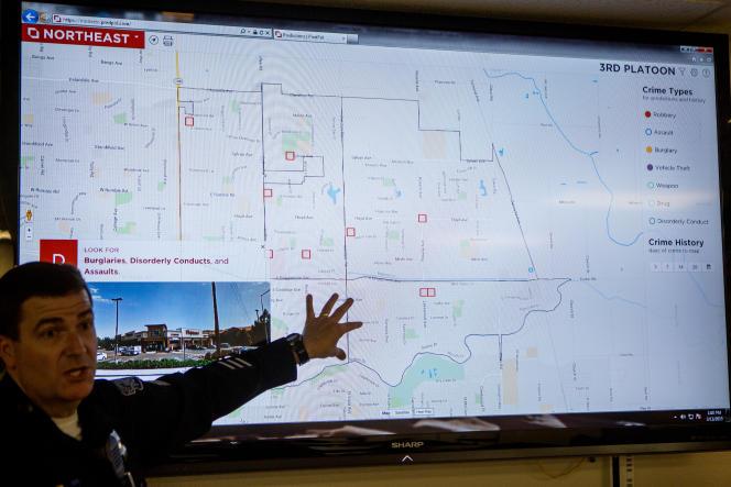 Réunion autour du logiciel PredPol dans un commissariat de Modesto, en Californie, en mars 2015.