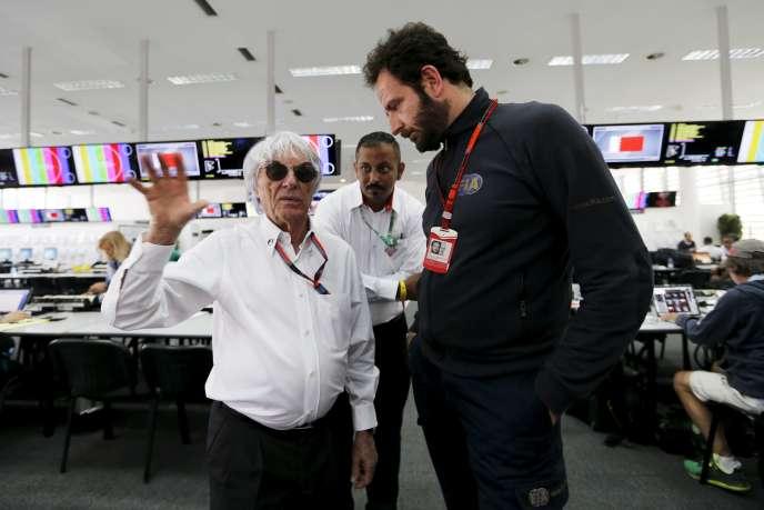 De gauche à droite, Bernie Ecclestone, président de la FOG, et le responsable de la communication de la FIA, Matteo Bonciani, sur le circuit de Bahreïn, dimanche 19 avril.