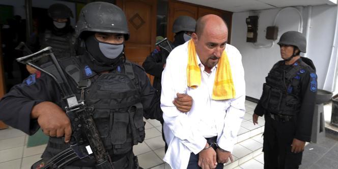 Serge Atlaoui, escorté par la police indonésienne à Tangerang, le 1eravril.