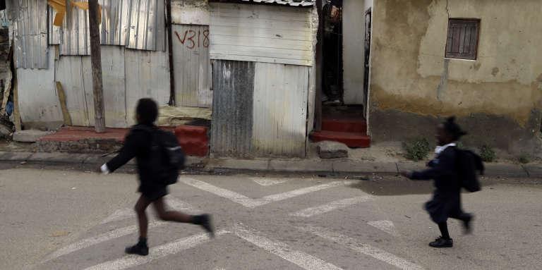 Des écoliers dans le township d'Alexandra, à Johannesburg, en avril 2015. L'Afrique du Sud consacre plus de 6% de son PIB à l'éducation.