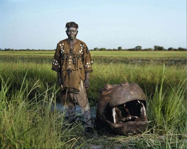 14 novembre 2012. Burkina Faso. André pose à côté d'une tête d'hippopotame.